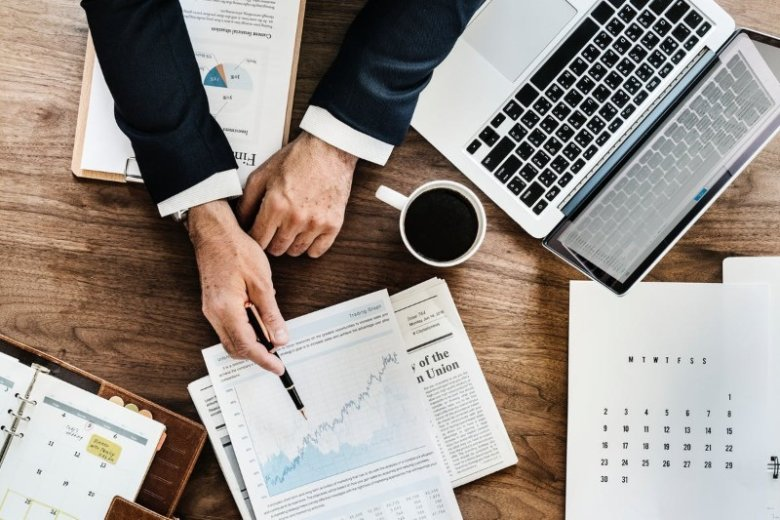 Chief Financial Officer (CFO) Resume Examples (20+ Tips)